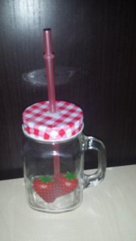 glas mit griff deckel und strohhalm mit erdbeeren darauf tauschen tauschb rse und. Black Bedroom Furniture Sets. Home Design Ideas